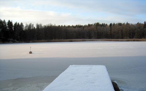 Båtbryggan är klädd i snö.