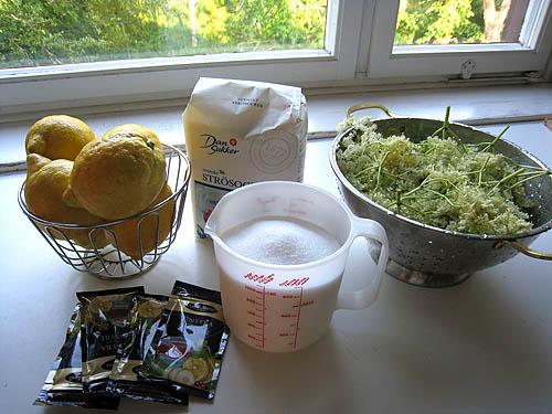 Alla ingredienser utom vattnet: citroner, vinsyra, socker, fläder.