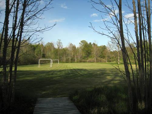 Nu har slottets trädgård blivit fotbollsplan till sommarstugorna.