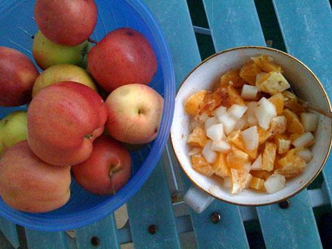 fruktsallad och äpplen