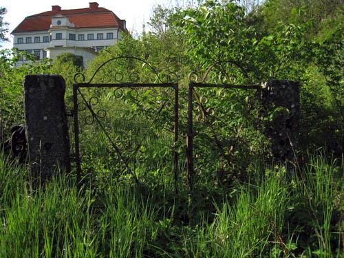 Så sent som vid mitten av 1900-talet gick det en väg upp från grinden till slottet. Kanske ännu senare. Grinden lär vara original från 1700-talet.