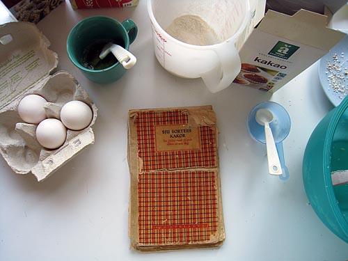 """Mammas väl använda och slitna """"Sju sorters kakor"""" från 1951."""