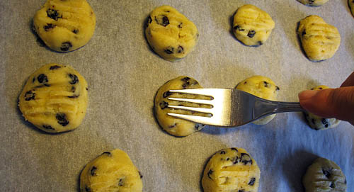 Platta till korintkakorna med gaffel.