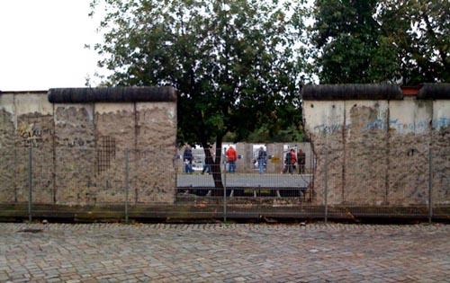 På några få ställen kan man se rester av muren i Berlin.