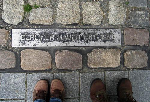 Murens sträckning markeras i gatan idag.