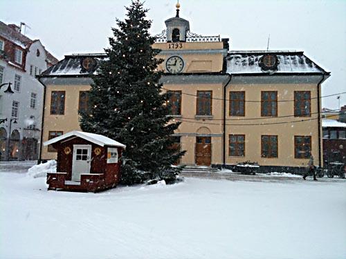 Igår föll stora flingor vid Rådhuset på Stora Torget.