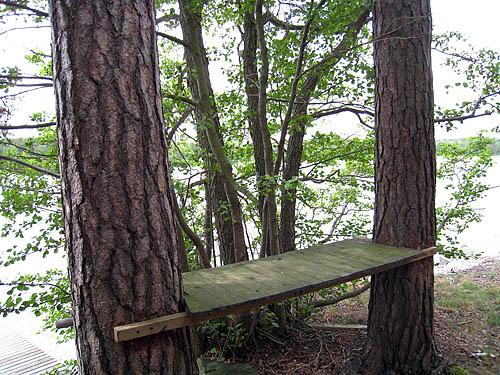 Solbergs udde. Jag tror att detta är en bänk för att rensa sin fisk när man kommit i land med fångsten.