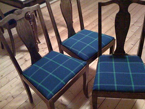 Blå stolar.