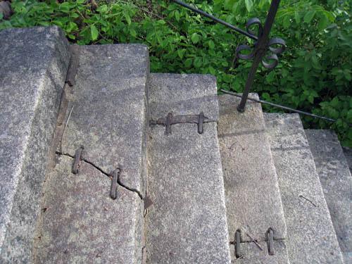 Trappan till slottsgården är gammal och hålls ihop med järnspännen.