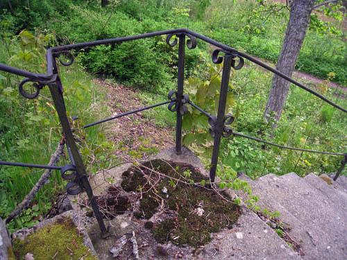 Kanske är trappräcket från när slottet byggdes 1768. Nu används nog inte trappan så ofta.